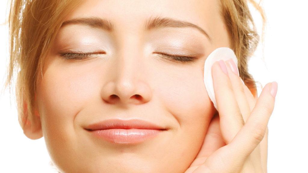 Обязательное удаление макияжа по вечерам
