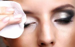 Важно правильно снять макияж