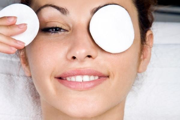 На чистые без косметики глаза накладываются диски